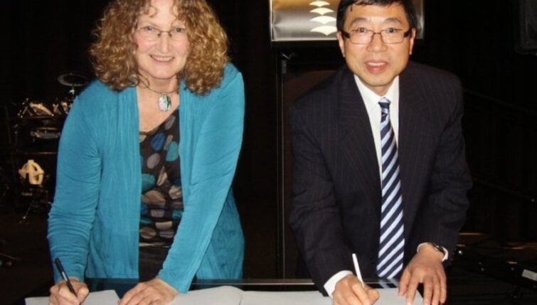 Paddy McBride signing the MoU with Mr Richard Li of the Australian Acupuncture and Chinese Medicine Association